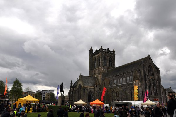 Paisley%20Abbey%20provides%20a%20magnificent%20background%20at%20Paisley%20Food%20and%20Drink%20Festival